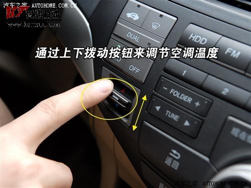 另外,前排中央扶手箱内设计了usb连接线,提供了除aux音频接口外的更多