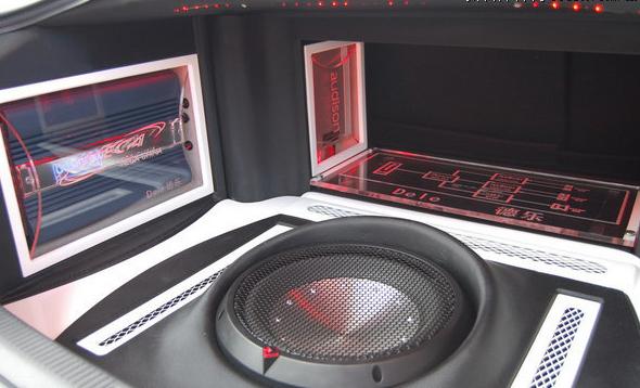 这台功放是用来推动车尾箱盖上的远程高音组合