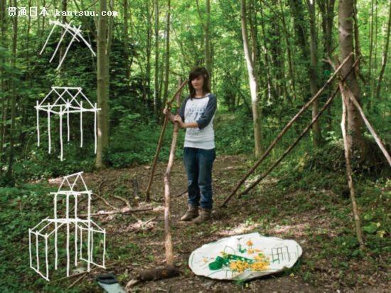 废旧木料在灌木丛或树林中搭建