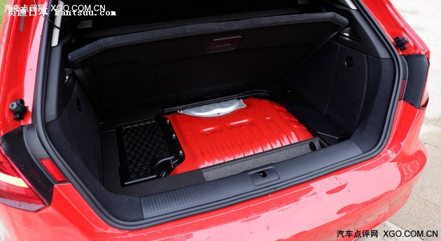 后备箱空间不受影响,依然普通版A3一样为280L。A3 e-tron配备的锂离子电池组容量为8.8千瓦时,电池被放置在了原有油箱的位置(后排下方),油箱被后移至后备箱下方,取消了备胎,且油箱的涂装与车身同色。