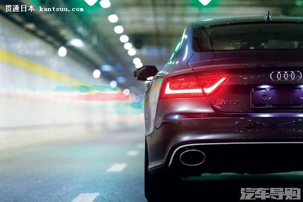RS 7 虽然隶属于奥迪的高性能车型,但其外观与S7 和A7车型保持同步,依然是溜背的Coupe 风格。这种典雅的设计语言通过车身包围、大灯样式和细节处理的变化,塑造出了A7、S7 和RS 7 三种截然不同的唯美形象。A7 的柔美流畅、S7 的锐利锋芒都演绎着各自的Sportback 风情。RS 7 则在保留了典雅的情调之外,刻画出了冷暴力的惊艳形象,冷淡、轻视,甚至有一丝拒人于千里之外的高傲。世界上几乎没有一个改装品牌能通过包围样式、颜色、材质和角度将车辆的视觉效果打造得如此激进又相得益彰。奥迪RS